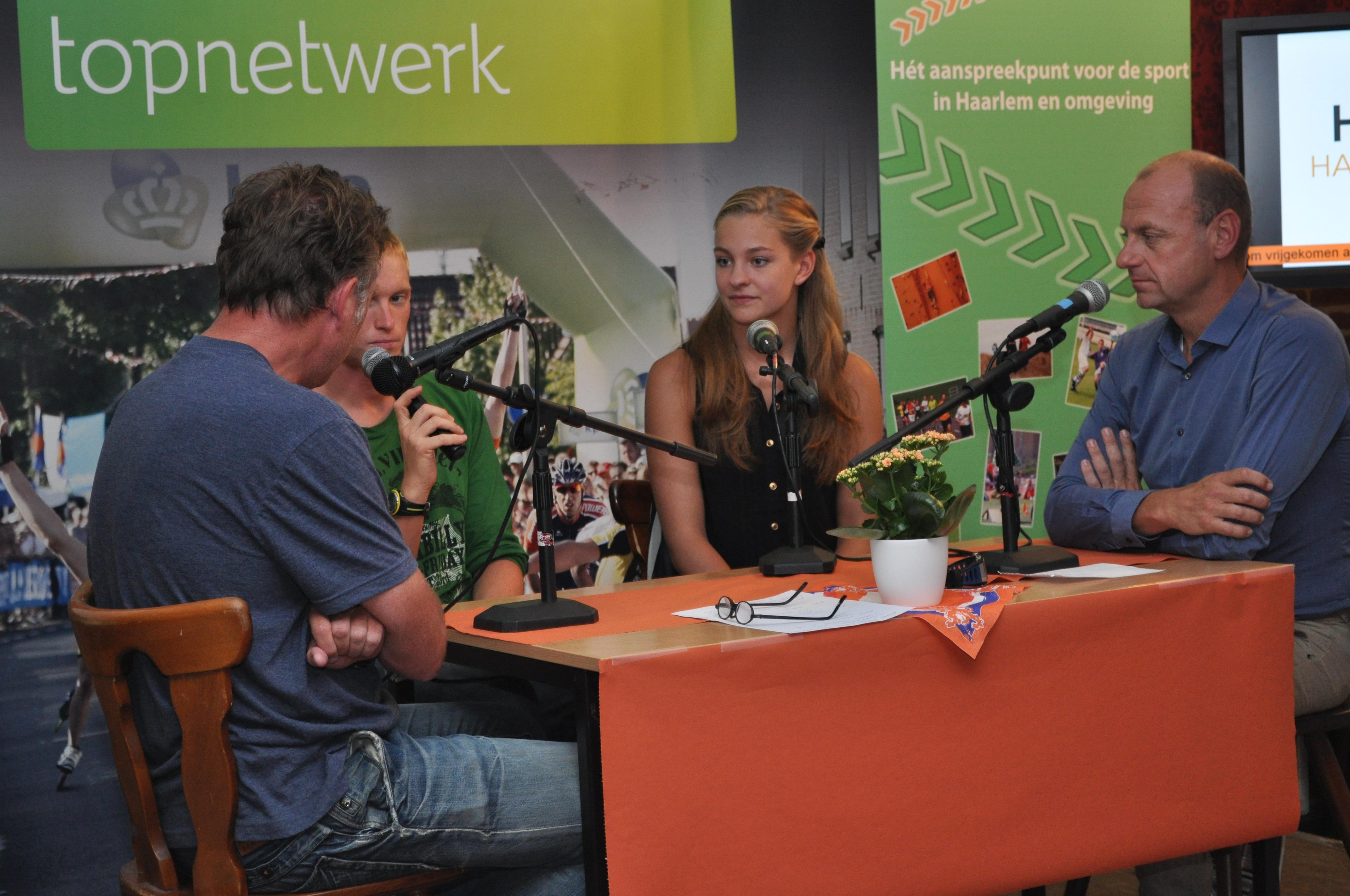 Zwemster Esmee Vermeulen met Herman Opmeer bij talkshow Haarlem - Londen